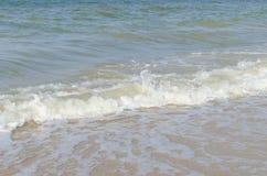 Overzeese golf op zee in de zomer Stock Afbeeldingen