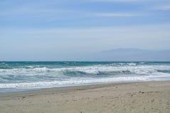 Overzeese golven bij het eenzame strand Royalty-vrije Stock Foto's