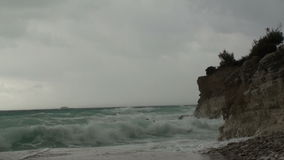 Overzeese golven bij kust Panorama stock video