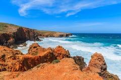 Overzeese golven bij Praia do Bordeira strand Stock Foto's