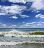 Overzeese golven, blauwe hemel Royalty-vrije Stock Foto's