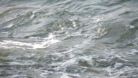 Overzeese golven die op rots breken stock video
