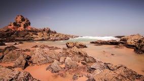 Overzeese golven die op strandrots verpletteren Golven die op rotsen verpletteren Overzees getijde op strand stock video