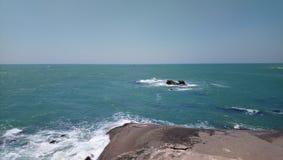 Overzeese golven die rots raken bij kanyakumari India Stock Afbeelding