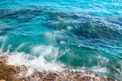 Overzeese golven die tegen de rotsen, mening hierboven verpletteren van Stock Foto's