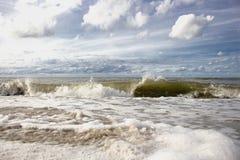 Overzeese golven die tegen shore4 slaan stock afbeelding