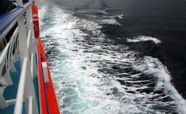 Overzeese golven en boot Stock Afbeelding