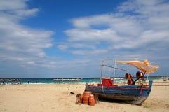 Overzeese golven en boot Stock Fotografie