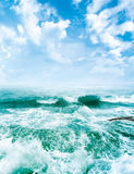 Overzeese golven en de blauwe hemel Royalty-vrije Stock Afbeeldingen
