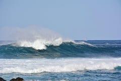 Overzeese golven en de blauwe hemel stock foto's