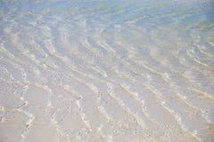Overzeese golven en duidelijk water op het witte zand Royalty-vrije Stock Afbeeldingen
