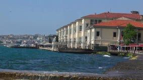 Overzeese golven en duidelijke hemelochtend in Turkije stock video