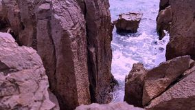 Overzeese golven en rotsachtige kust stock videobeelden
