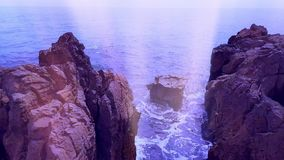 Overzeese golven en rotsachtige kust stock footage
