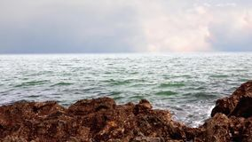 Overzeese golven en rotsachtige kust stock video