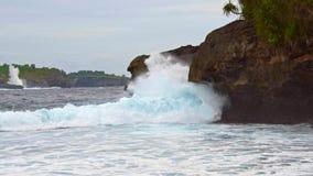 Overzeese golven en rotsachtige kust in de afstand stock footage