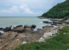 Overzeese golven en rotsen stock foto