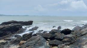 Overzeese golven en rotsen stock foto's