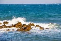 Overzeese golven en rotsen Royalty-vrije Stock Fotografie