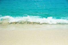 Overzeese golven en zandig strand Royalty-vrije Stock Afbeeldingen