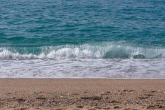 Overzeese golven met schuim in bovenkant Stock Foto's