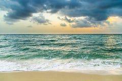 Overzeese golven in Miami met bewolkte hemel stock foto