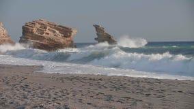 Overzeese golven op de rotsachtige oever Volledige HD stock videobeelden