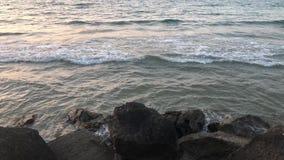 Overzeese golven op de rotsen stock footage