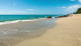 Overzeese golven op duidelijke zandkust stock footage