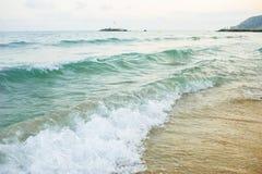 Overzeese golven op het strand royalty-vrije stock foto
