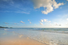 Overzeese golven op het strand Stock Fotografie