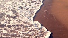 Overzeese golven op het strand bij zonsondergang, de achtergrond van het zomerzeegezicht stock footage