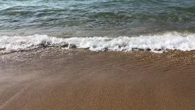 Overzeese golven op het zandstrand stock video