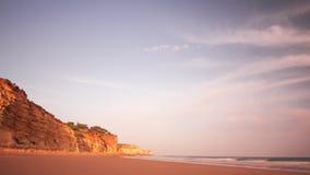 Overzeese golven op rotsachtig strand in ochtend Overzees getijde op rotsachtige kustlijn stock video