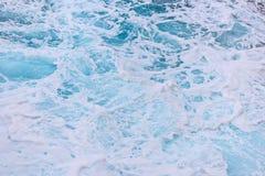 Overzeese golvenclose-up - oceaanrimpelingen Stock Afbeeldingen