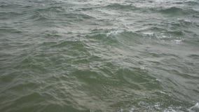 Overzeese golvenneerstorting tegen de rots stock videobeelden