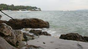 Overzeese golvenneerstorting tegen de rots stock footage