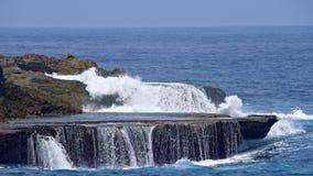 Overzeese golvenonderbreking van de rotsachtige kust stock video