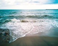 Overzeese golvenslag in het strand royalty-vrije stock fotografie
