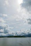 Overzeese hemelwolk en eilanden Stock Afbeelding