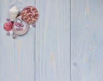 Overzeese hoekgrens met zeeschelpen op sjofele houten planken Royalty-vrije Stock Afbeelding