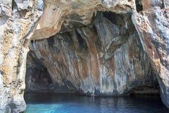 Overzeese holvorming langs een fout op de kust van Cilento, Italië royalty-vrije stock afbeelding