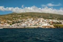 Overzeese Jachthaven bij Andros Egeïsch eiland, Griekenland nave stock afbeelding