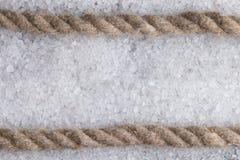 Overzeese kabel op de achtergrond van wit overzees zout Stock Foto's