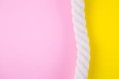 Overzeese kabel op gekleurde achtergronden met negatieve ruimte De zomerrug Royalty-vrije Stock Foto
