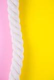 Overzeese kabel op gekleurde achtergronden met negatieve ruimte De zomerrug Stock Afbeelding