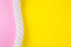 Overzeese kabel op gekleurde achtergronden met negatieve ruimte De zomerrug Stock Foto's