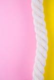 Overzeese kabel op gekleurde achtergronden met negatieve ruimte De zomerrug Stock Fotografie