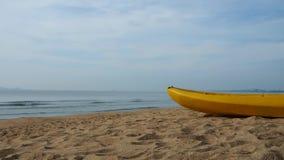 Overzeese kajakrust op een zandig strand stock videobeelden
