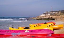 Overzeese kajaks bij het strand klaar voor pret Stock Afbeeldingen